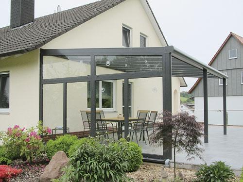 Haus mit Terrassenüberdachung